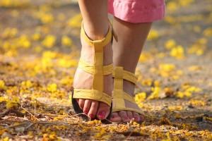 足の爪が剥がれそうな時の処置は?生える?病院にいくべき?